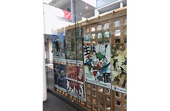 右京区役所正面玄関にWMG公共サイン美術展作品を設置しました!イメージ